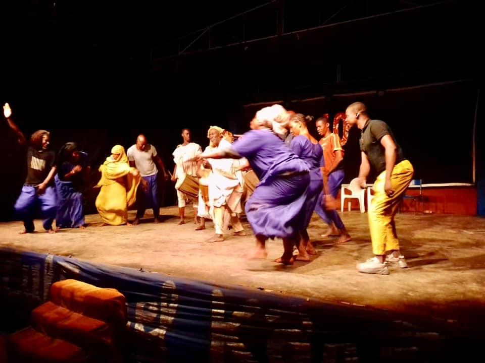 Prestations théâtrales de la pièce CRI DE L'ESPOIR de Théâtre de la Fraternité du Burkina et ON PEUT S'ENTENDRE d'Acte Sept du Mali