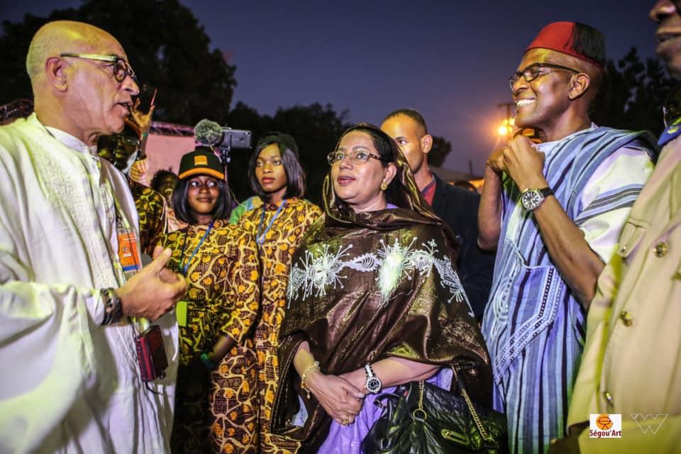 visite guidée des expositions de la 16ème édition de Ségou'Art – Festival sur le Niger, avec Madame le Ministre de l
