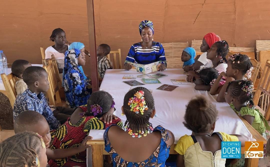 Séance de lecture avec les enfants à la Médiathèque Kôrè