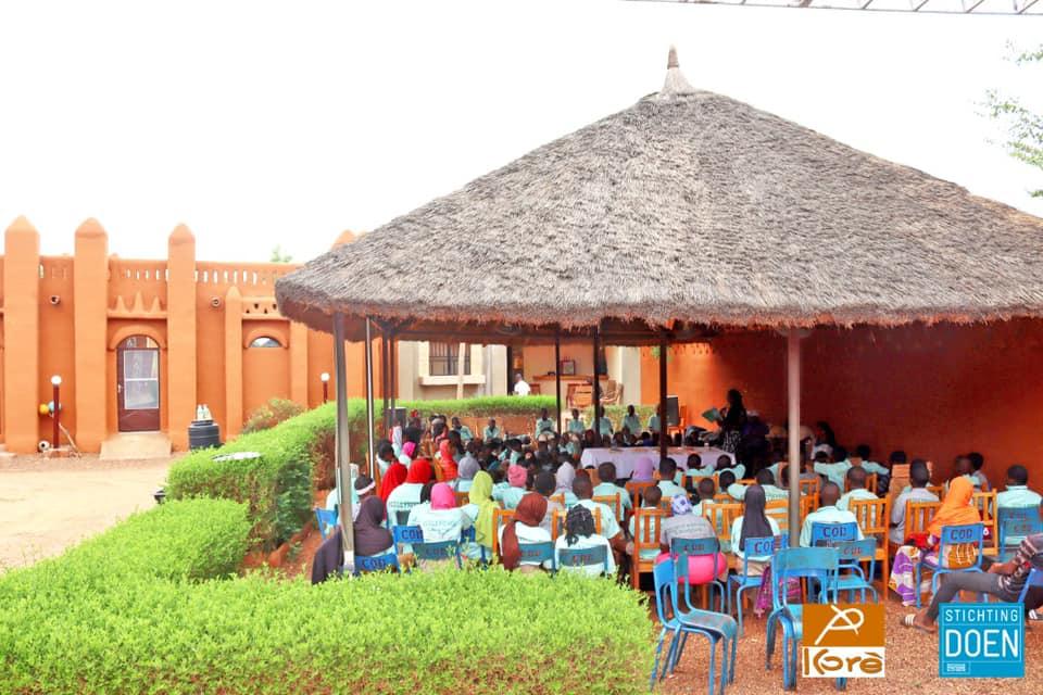 Séance de conte en format «lecture spectacle» au Centre Culturel Kôrè avec les élèves de l'école Hampâté Bâ de Ségou.